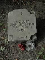 Tablica na grobie nieznanego żołnierza.