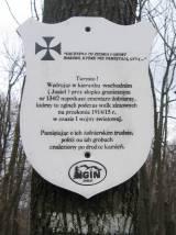 Tabliczka na wierzchołku Kamienia informująca o cmentarzu na szlaku