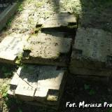 Stos betonowych tablic z grobów polskich żołnierzy.