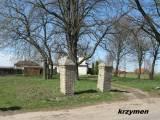 Klukowo. Brama wejściowa na dawny cmentarz.