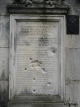 Tablica z przodu pomnika.
